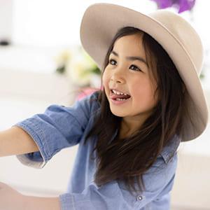 帽子を被った笑顔の女の子